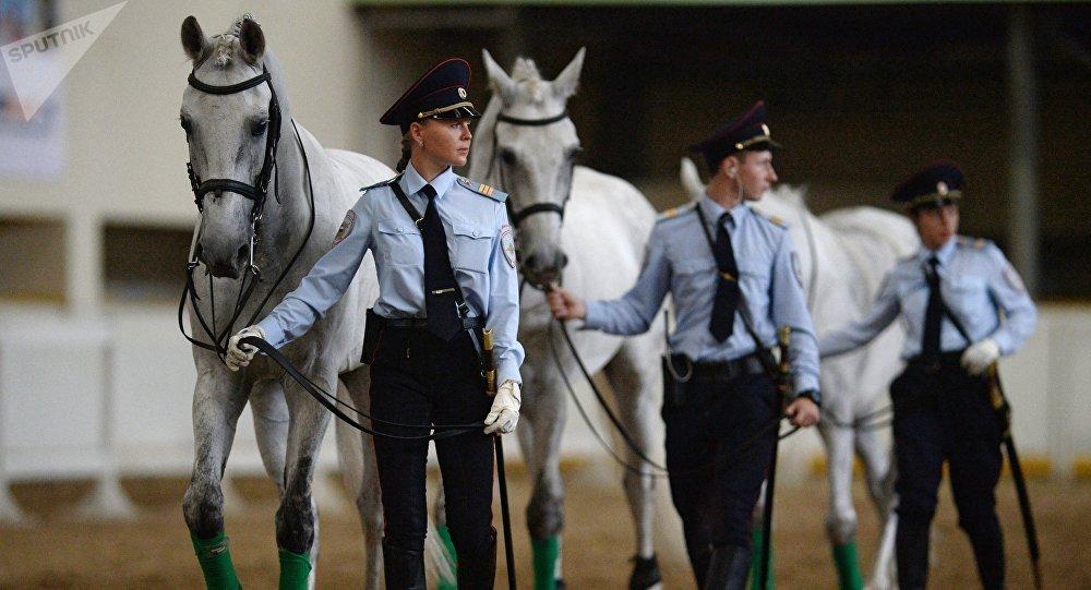 Ufficiali di polizia durante uno show di gala a Mosca.