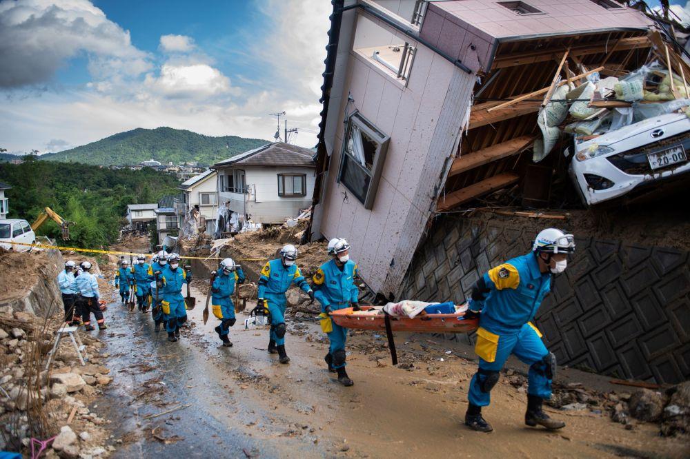 Case distrutte come risultati delle piogge torrenziali in Giappone.