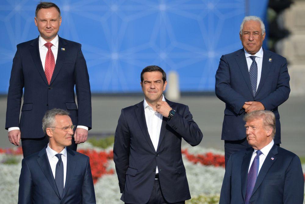 Il Segretario Generale della NATO Jens Stoltenberg, il primo ministro greco Alexīs Tsipras, il presidente Usa Donald Trump, il presidente polacco Andrzej Duda e il primo ministro del Portogallo António Costa al vertice NATO a Bruxelles.