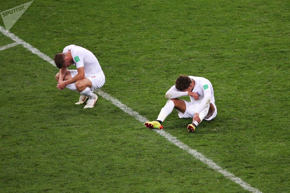 I giocatori della nazionale inglese dopo la sconfitta.