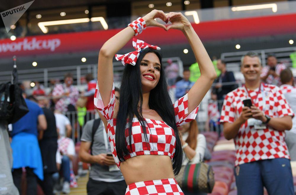 Una tifosa della nazionale croata prima della partita Croazia-Inghilterra.