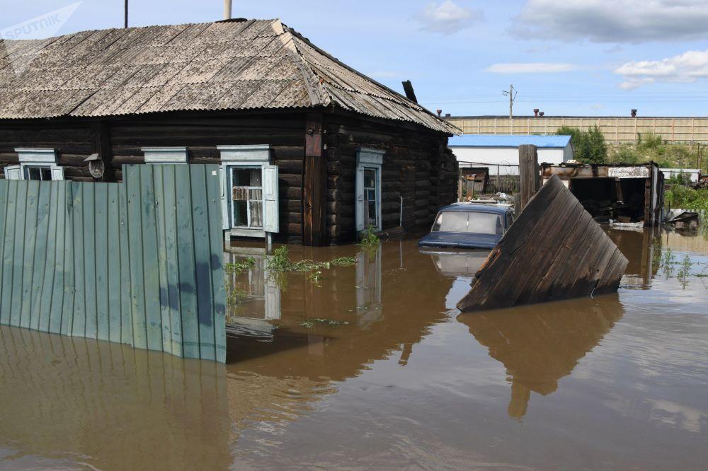 Una casa sommersa a Chita, Russia.