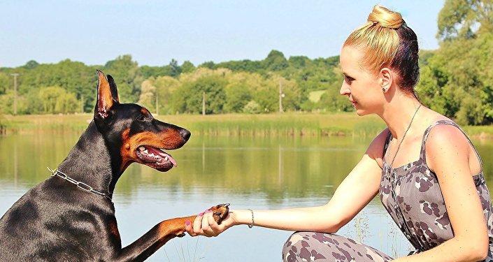 Un cane e una ragazza