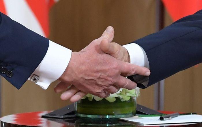 Una stretta di mano di Putin e Trump a Helsinki