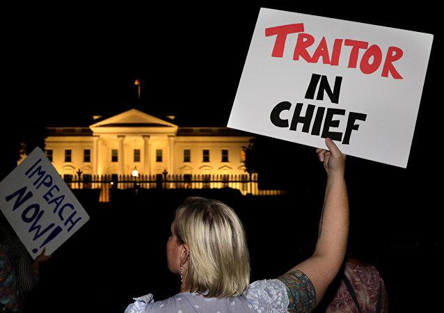 Proteste nei pressi della Casa Bianca a Washington, USA, il 16 luglio 2018 dopo l'incontro di Trump con Putin ad Helsinki