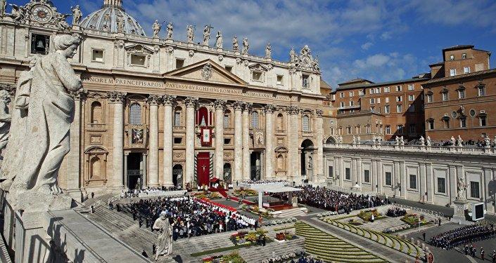 Il Papa Francesco tiene la messa di Pasqua alla Cattedrale di San Pietro in Vaticano.