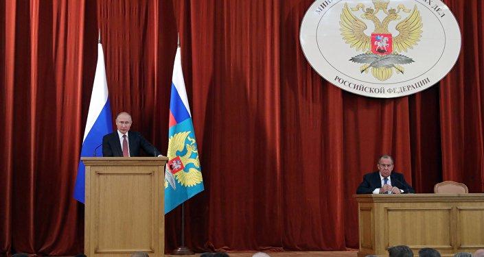 Il presidente russo Vladimir Putin interviene alla riunione degli ambasciatori e rappresentanti permanenti della Russia