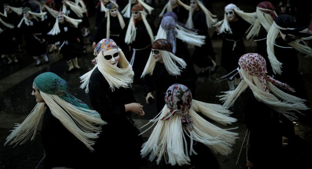 Donne vestite da streghe a Mundaka, Spagna
