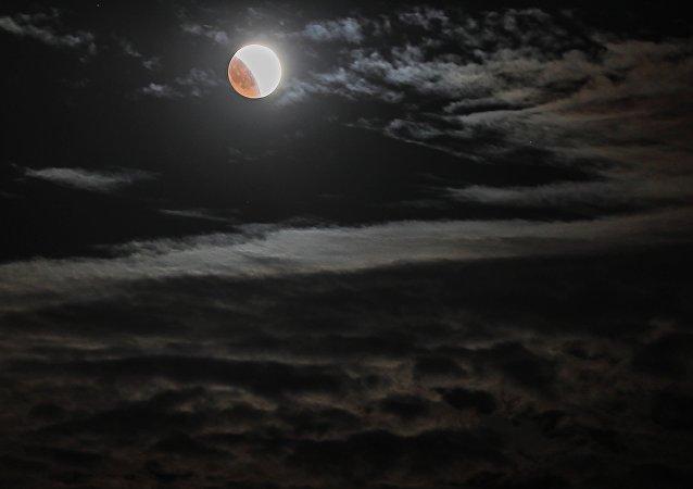 Un'eclissi lunare nei cieli della Crimea