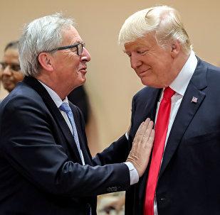 Il presidente statunitense Donald Trump e il presidente della Commissione Europea Jean-Claude Juncker