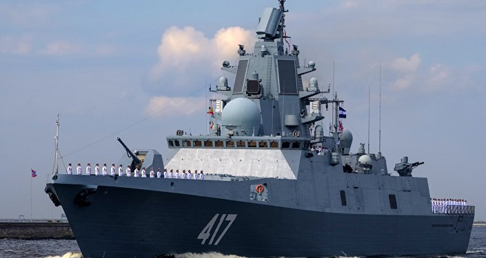 La fregata Admiral Gorshkov vista durante la prove generali della parata della Marina militare russa