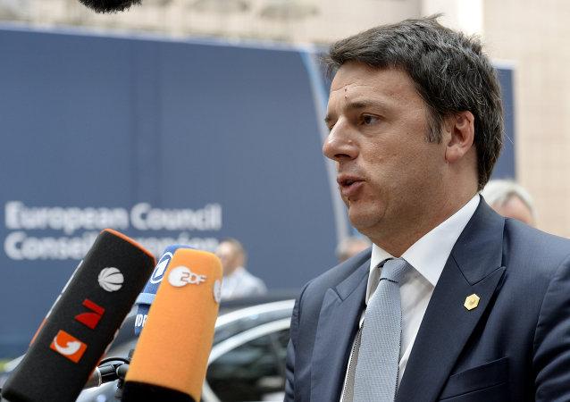 Il primo ministro italino Matteo Renzi parla con i giornalisti dopo il summit UE a Bruxelles, il 26 giugno, 2015