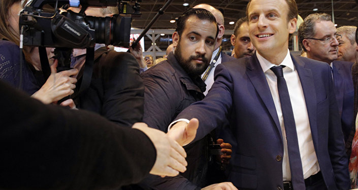 Emmanuel Macron con la sua guardia del corpo Alexandre Benalla (foto d'archivio)