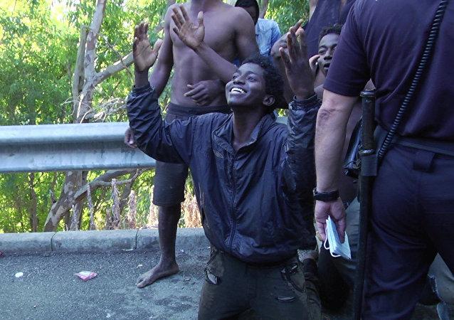 Migrantes que consiguieron entrar a suelo español tras un salto masivo en la valla fronteriza en Ceuta