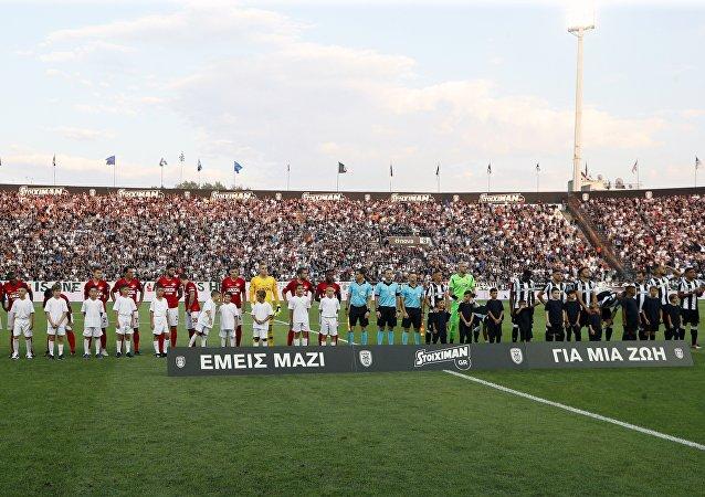 Le squadre di Paok Salonicco e Spartak Mosca sul terreno di gioco dello stadio Toumba di Salonicco