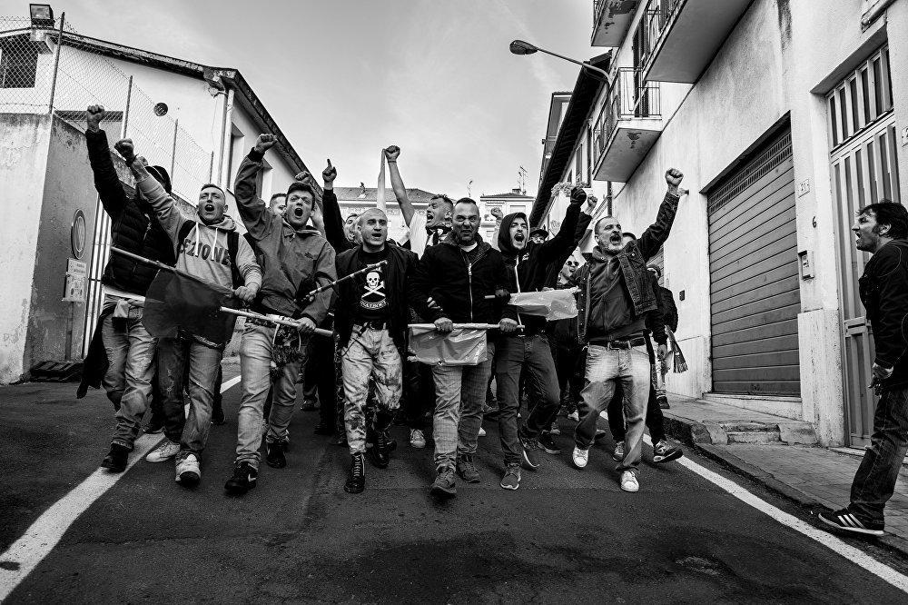 Gli ultras della Gradinata Sud Albenga in gruppo durante una trasferta