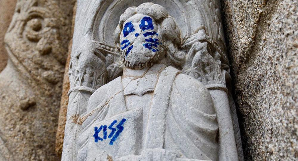 In Galizia su una statua del XII secolo hanno messo dei baffi