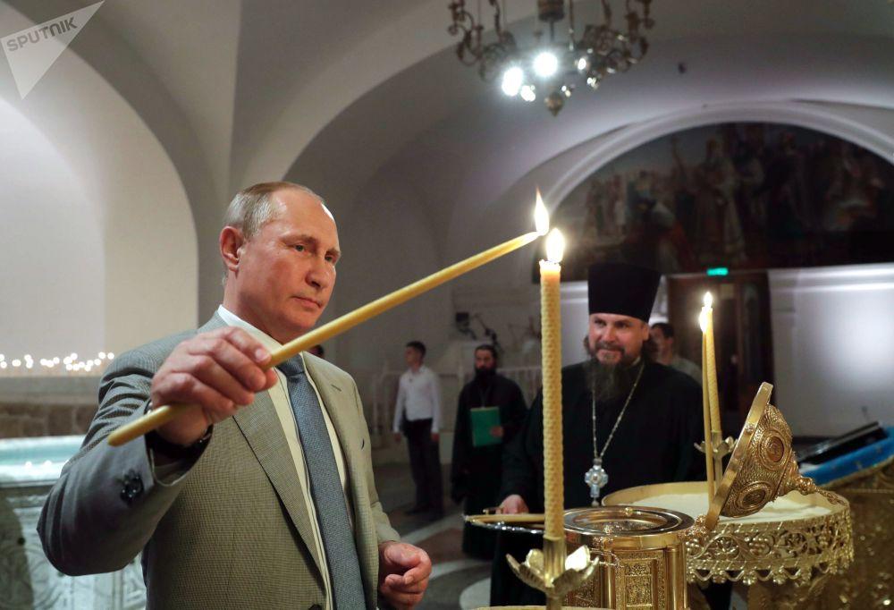Vladimir Putin mentre visitava la Cattedrale di Cherson in Crimea.