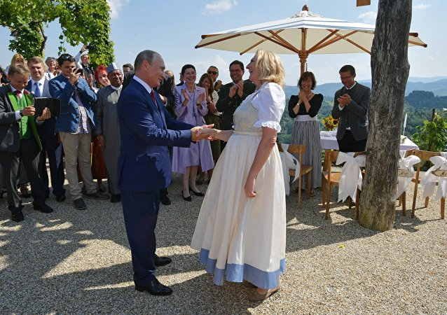 Vladimir Putin balla con il ministro degli Esteri austriaco Karin Kneissl