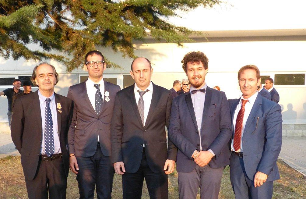 La delegazione italiana insieme al sindaco di Tskhinval, da sx a dx: Murgia, Gasperi, Kochev, Mammarella, Bertolasi