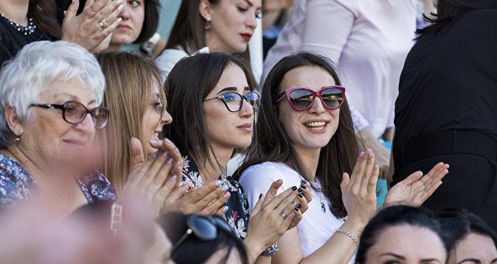 Tskhinval: spettatori assistono allo spettacolo in occasione del decimo anniversario del riconoscimento dell'indipendenza della repubblica