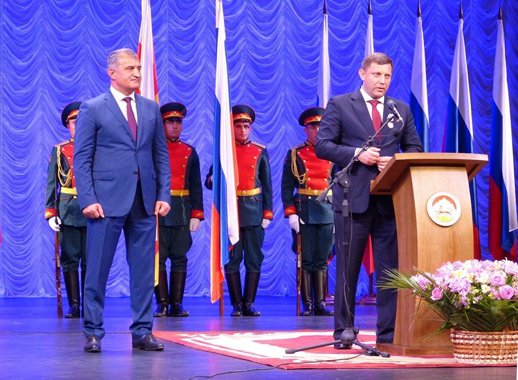 Aleksandr Zakharchenko sul palco del teatro di Tskhinval, a sinista Anatolij Bibilov