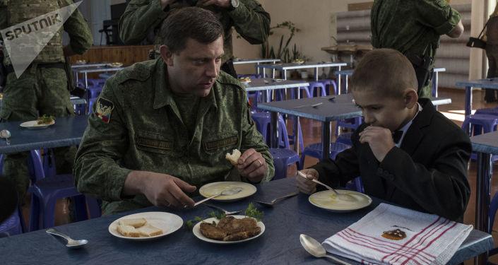 Aleksandr Zakharchenko durante una visita ad una scuola di Gorlovka