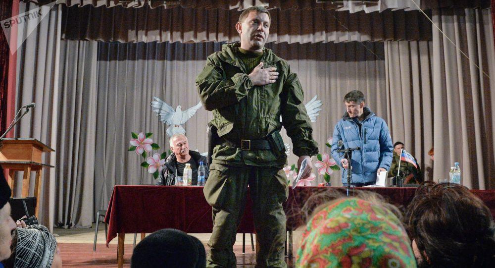 Aleksandr Zakarchenko in un incontro con i cittadini dell'abitato di Novoazovska