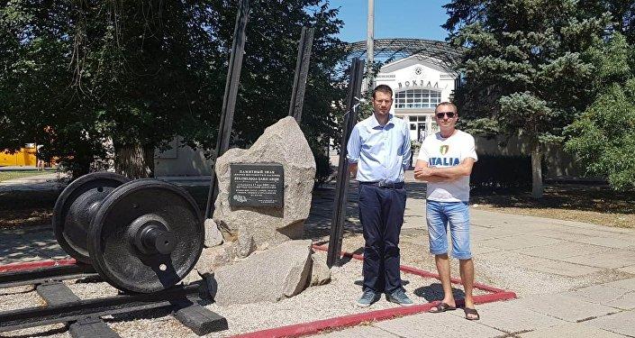 Vito Comencini ed Igor Fedorov nella piazza della stazione di Kerch davanti alla stele che ricorda la deportazione degli italiani