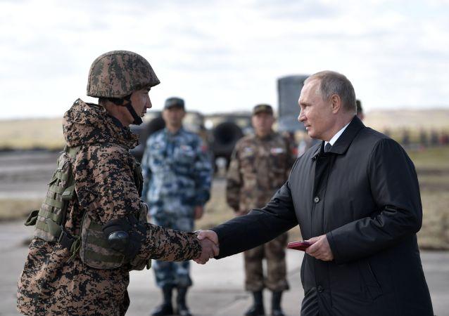 Vladimir Putin al il poligono di Tsugol nel territorio Zabaikalsky, dove si sta tenendo la fase principale delle esercitazioni Vostok-2018