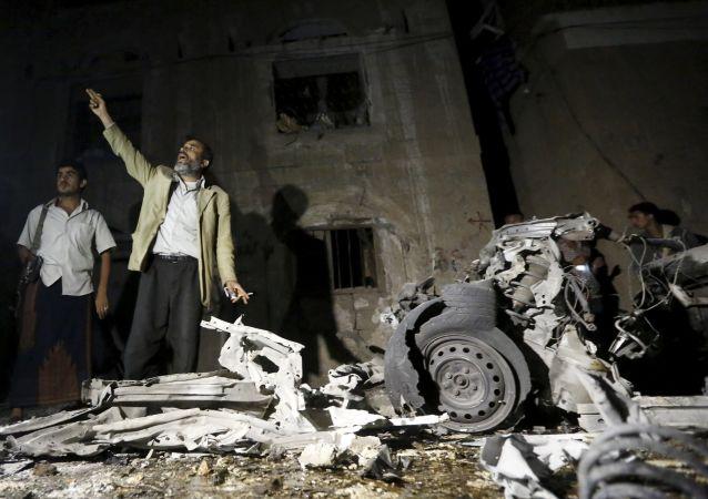 Un uomo chiama i soccorsi dopo lo scoppio dell'autobomba.