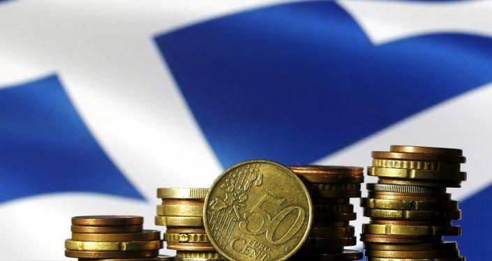 Monete in euro davanti alla bandiera greca