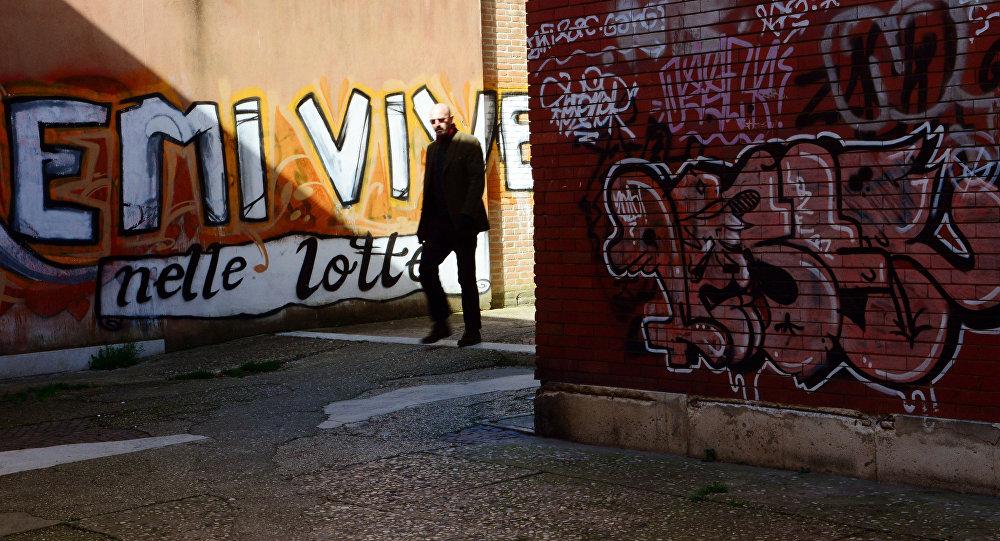 Un uomo a spasso in una via a Venezia