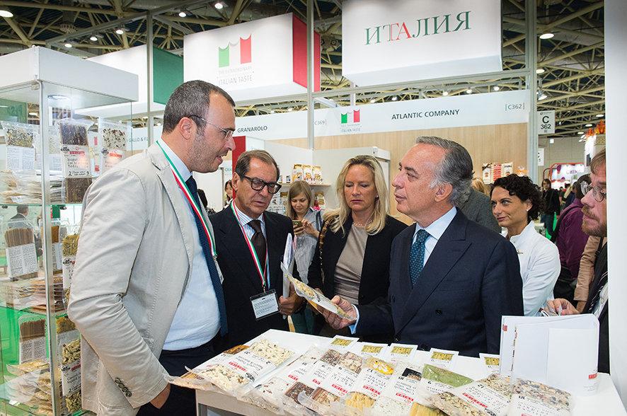 L'ambasciatore Pasquale Terracciano ed il direttore di ICE Mosca Pierpaolo Celeste nel padiglione italiano a World Food