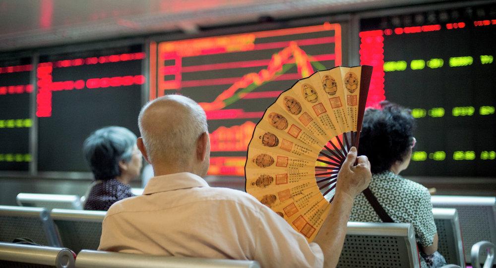 Operatori osservano l'andamento delle contrattazioni alla borsa di Pechino