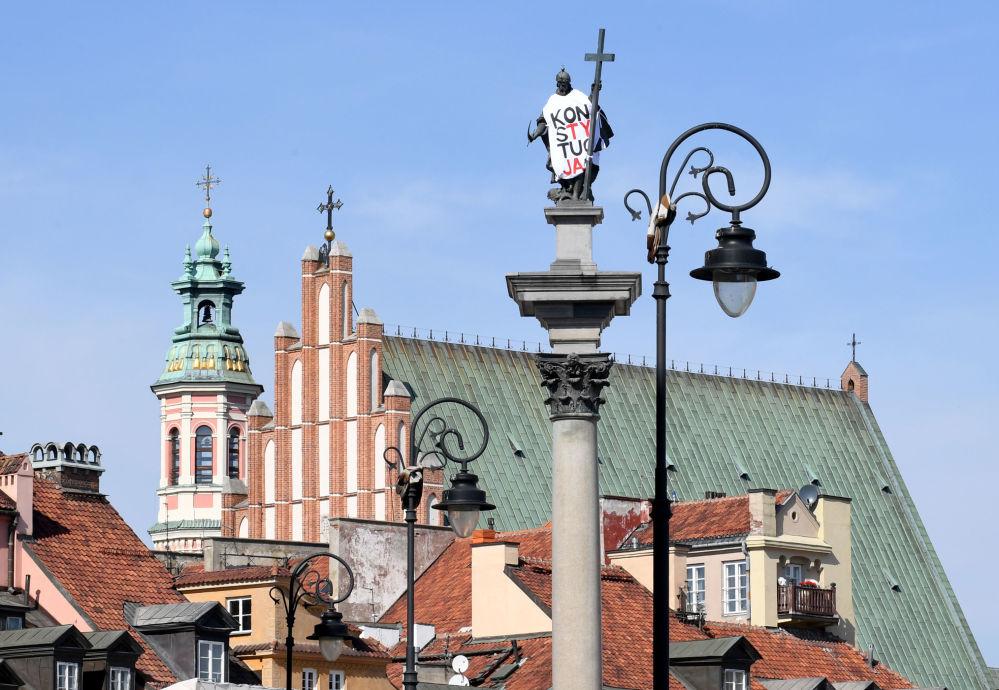 Il monumento del re polacco Sigismund III a Varsavia coperta con un telo con la scritta Costituzione
