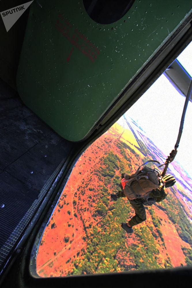Allievi delle scuole militari fanno il primo salto con il paracadute.