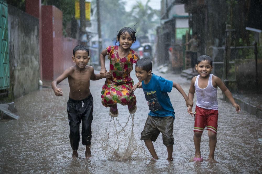 Foto 'Happiness on a Rainy Day (felicità in un giorno di pioggia)' del fotografo bengalese Fardin Oyan, vincitore della nomination 'Young Environmental Photographer of the Year' al Environmental Photographer of the Year 2018.