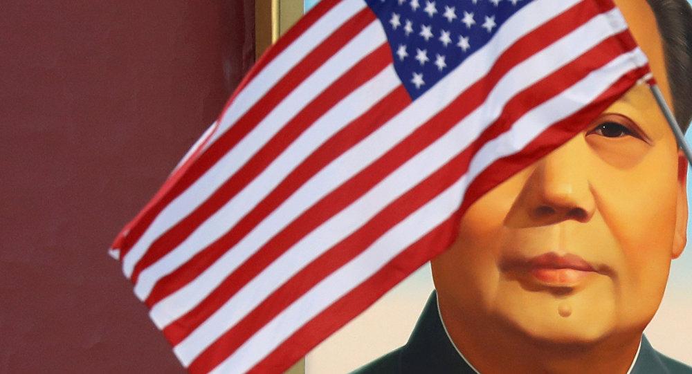 Ritratto di Mao Zedong e bandiera americana