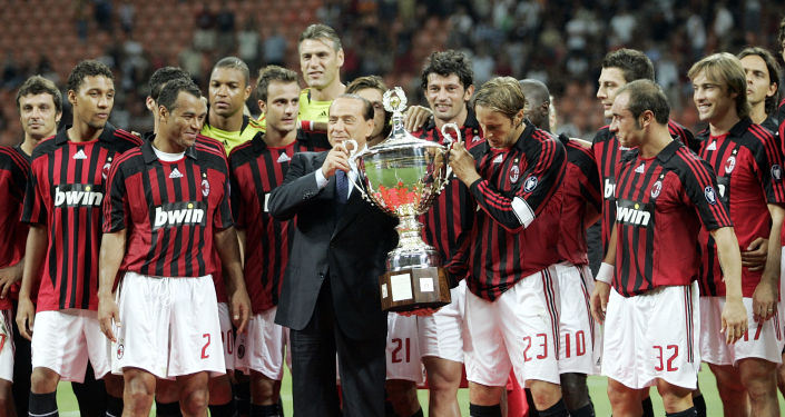 Silvio Berlusconi con i giocatori del club Milan dopo la vittoria nel torneo amichevole Trofeo Luigi Berlusconi, 2007