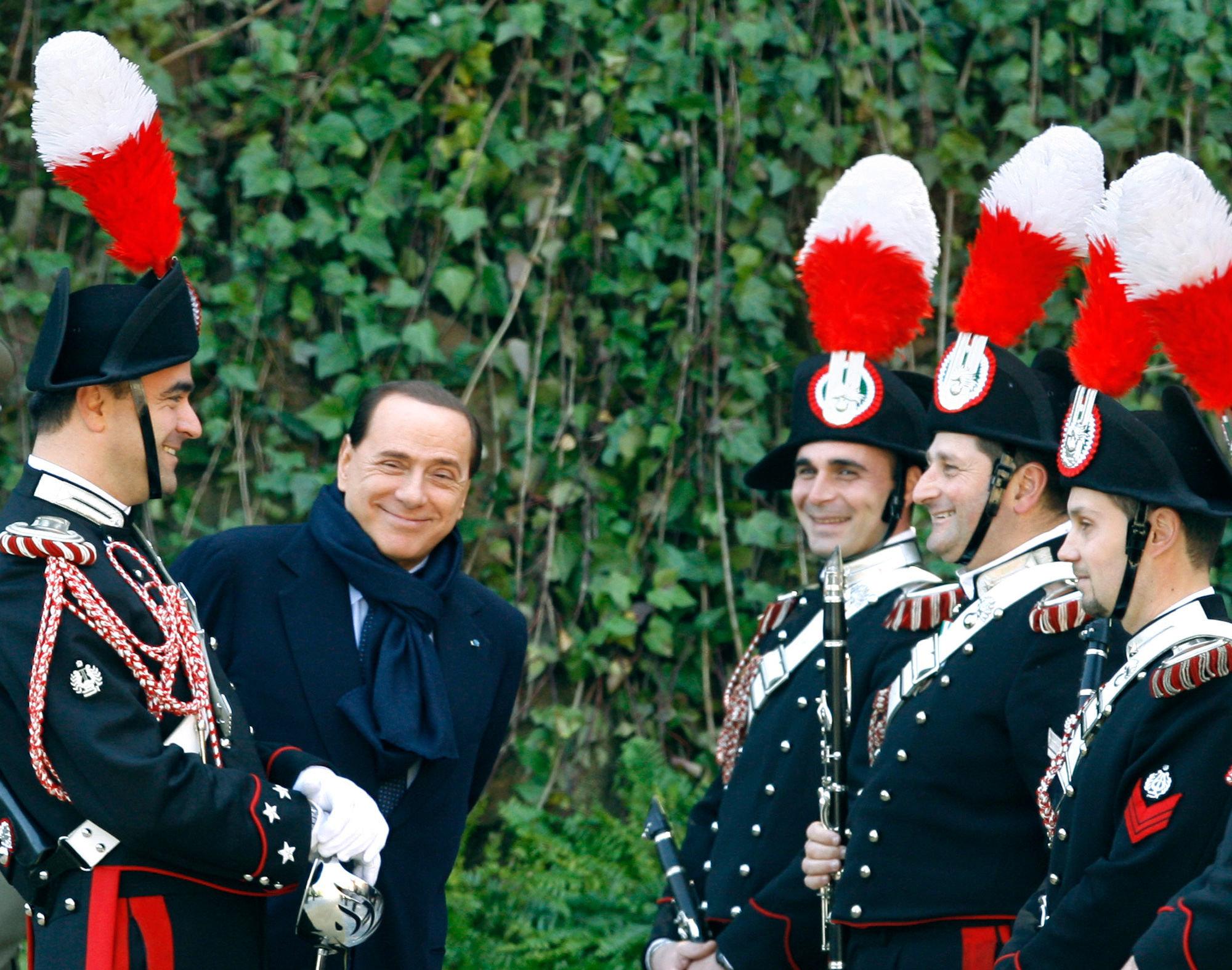 Silvio Berlusconi fotografato con i carabinieri a Villa Madama