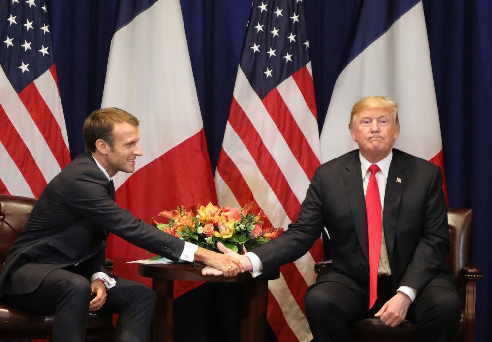 Il presidente francese Emmanuel Macron stringe la mano al presidente americano Donald Trump, New York.