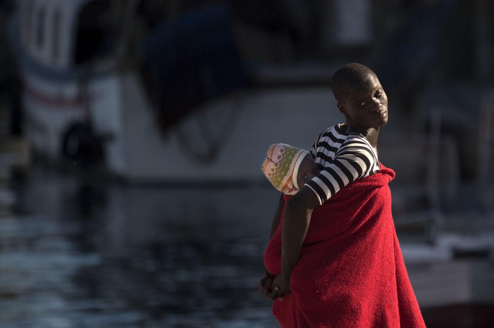 Una donna migrante all'arrivo al porto di Malaga, Spagna.