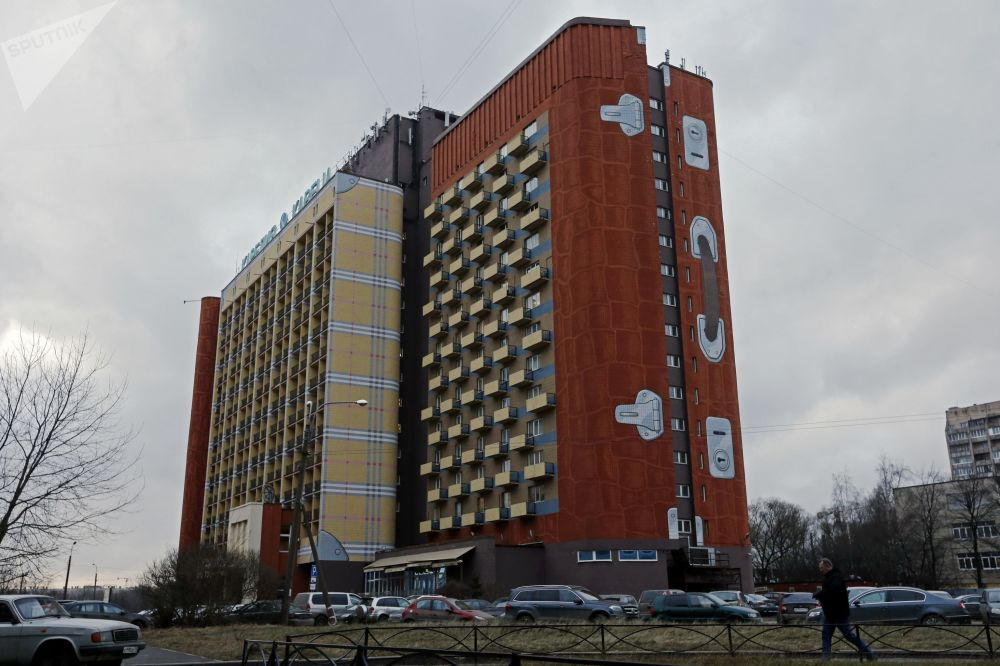 Opera di design sulle facciate dell'hotel 'Carelia' nel quartire Krasnogvardisky di San Pietroburgo