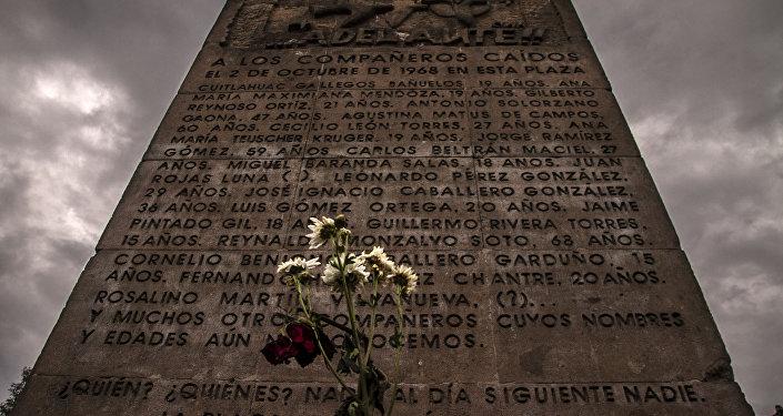 Monumento commemorativo in Plaza de las Tres culturas dedicato alle vittime della manifestazione studentesca del 2 ottobre del 1968.