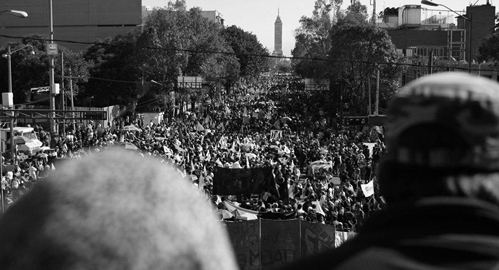 Manifestanti in occasione della commemorazione tenutasi 47 anni dopo il 2 ottobre del 1968.