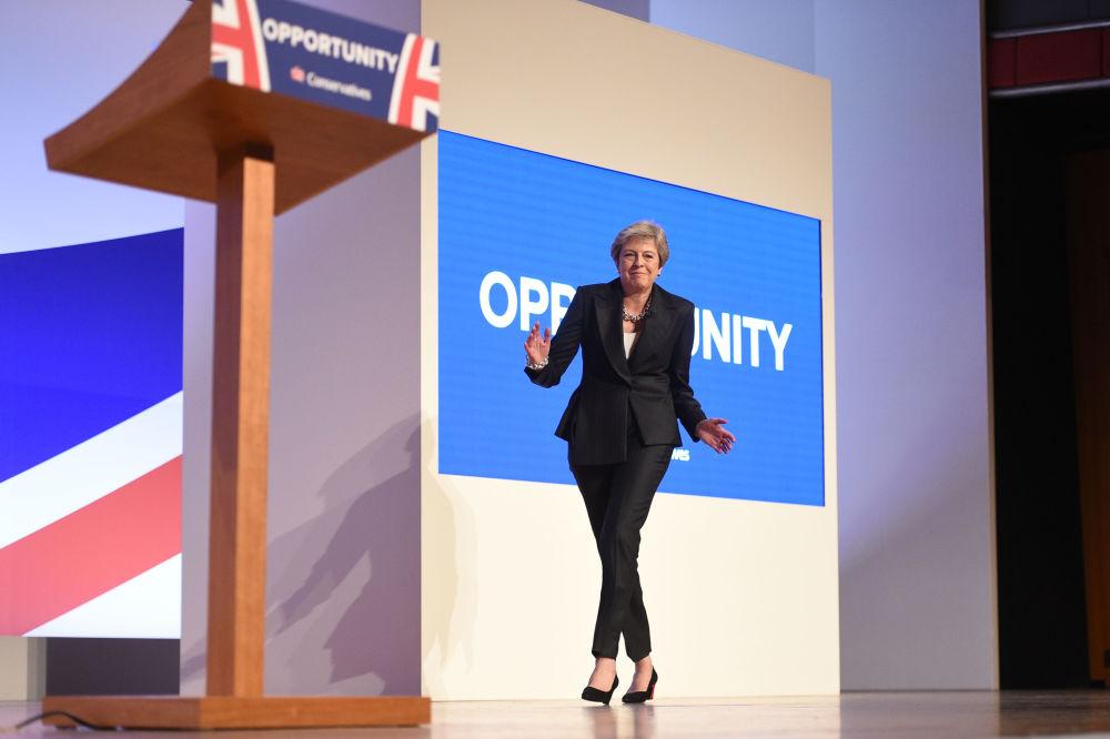 Il Primo Ministro Theresa May balla alla conferenza stampa del Partito Conservatore del 2018 a Birmingam