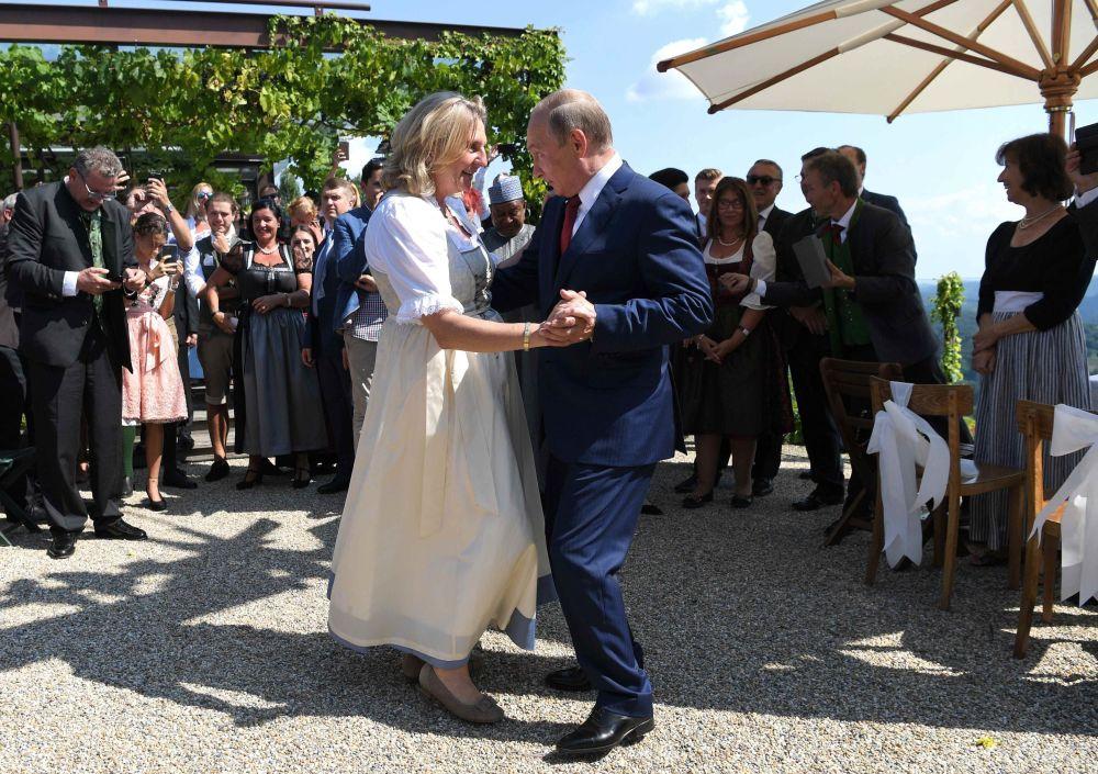 Il Presidente Putin balla con la titolare del Ministero degli Esteri austrica Karin Knaysl al suo matrimonio con Wolfang Mailingher