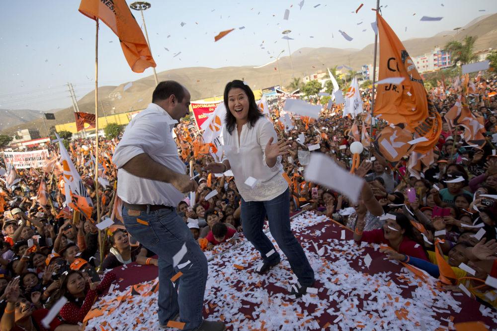 La candidata alle presidenziali Keiko Fukimonri e il membro del Congresso Pedro Spadaro ballano durante il meeting pre elettorale di Lima, Perù