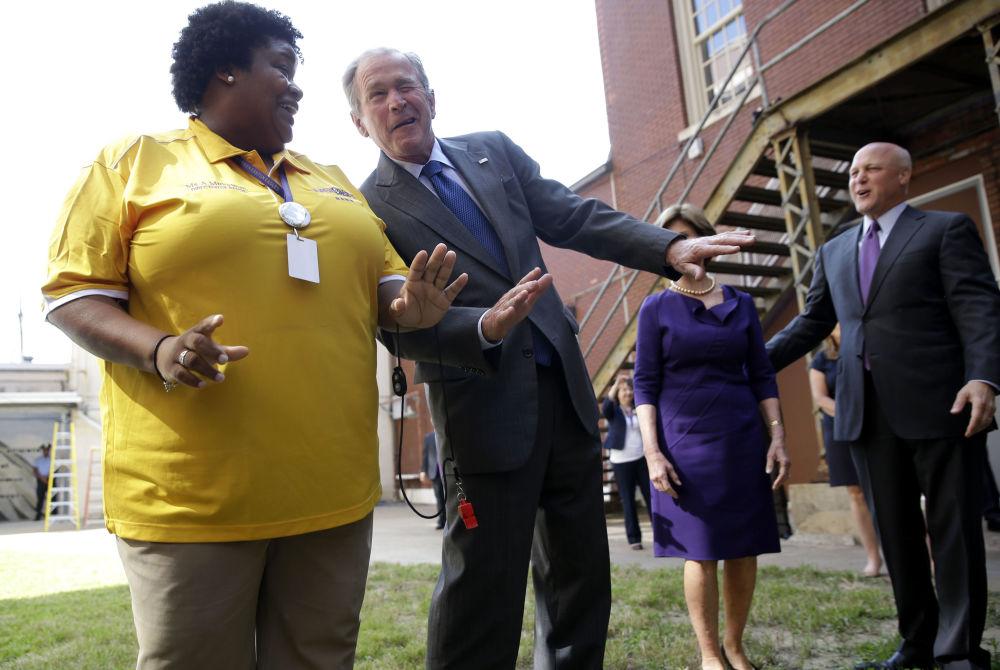 L'ex Presidente americano George Bush J. danza durante l'esibizione del gruppo musicale della scuola Warren Easton Charter a New Orleans